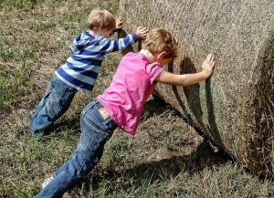 Barn som skubber en høyball